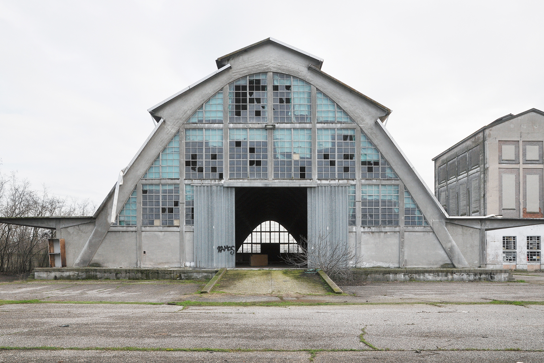 Paraboloidi facciata silos parabolico ex fabbrica for Mantovana moderna