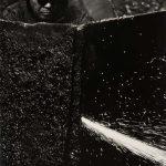 Kiyoshi Niiyama (Prefettura di Ehime, Giappone, 1911 – Tokyo, Giappone, 1968), Senza titolo (Saldatore), anni cinquanta-sessanta ©Estate of the Artist - Kiyoshi Niiyama, Stampa ai sali d'argento 52,4 × 41,2 cm