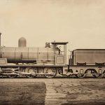 James Mudd, (Halifax, United Kingdom, 1821 / Bowdon, United Kingdom, 1906), Locomotiva a vapore, ca. 1880 © Courtesy Roland Belgrave Vintage Photography Ltd, Stampa al carbone, 83,8 × 121,3 cm