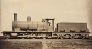 James Mudd, (Halifax, United Kingdom, 1821 / Bowdon, United Kingdom, 1906), Locomotiva a vapore, ca. 1880 © Courtesy Roland Belgrave Vintage Photography Ltd, Stampa al carbone, 83,8 × 121,3 cm